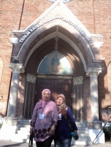 Tracker di depan Gereja Maria